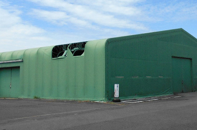 破れたテント倉庫